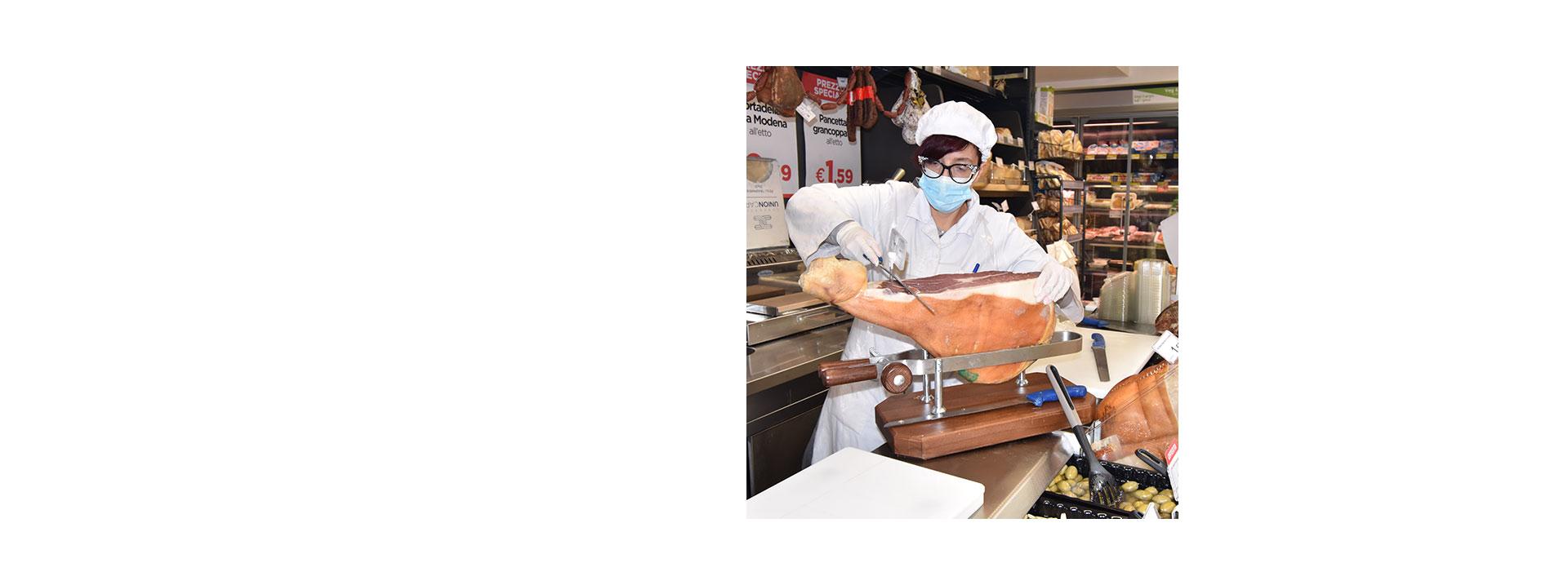 Bancone salumi e formaggi da Metà Supermercato in via Candia 82