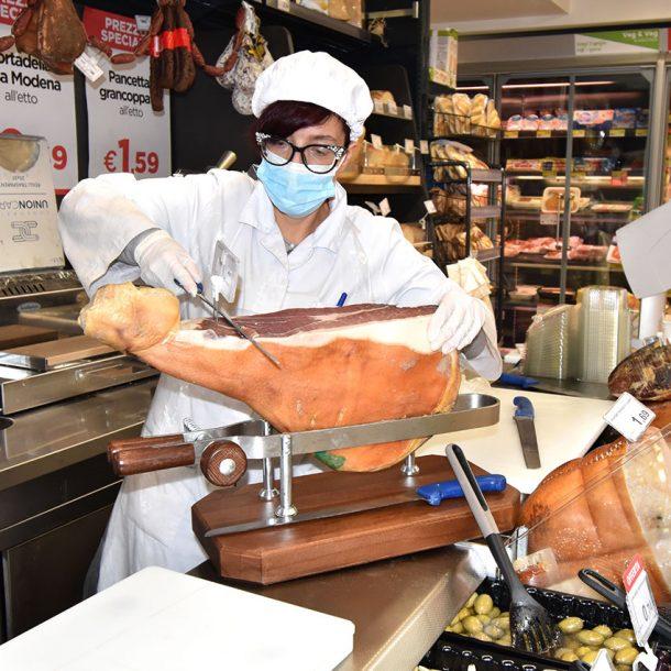 Banco di salumi e formaggi da Metà a via Candia 82